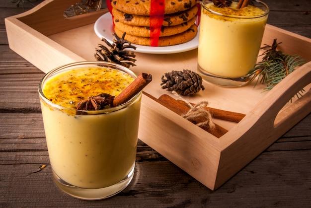 Zabaione tradizionale della bevanda di natale su un fondo di legno Foto Premium