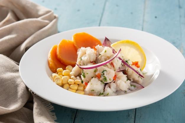 Cibo tradizionale con pesce, patate dolci e mais Foto Premium