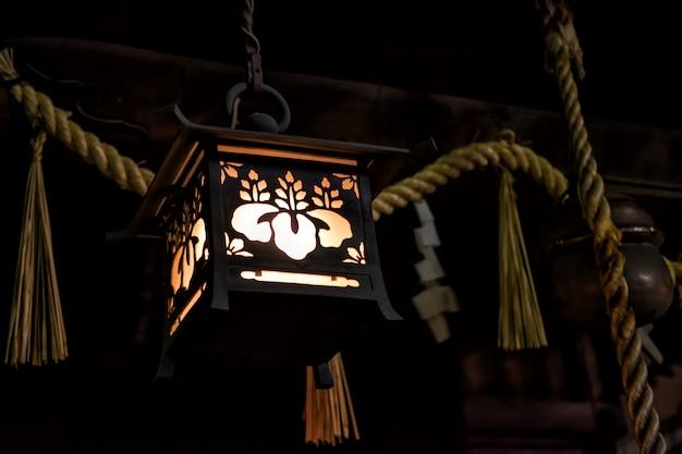 Tradizionale lampada in legno giapponese di notte Foto Premium