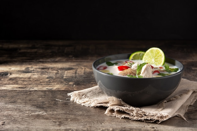 Cibo tradizionale tailandese in una ciotola su un tavolo di legno Foto Premium