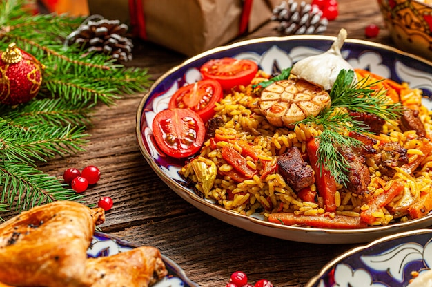 Cucina orientale tradizionale uzbeka. tavola della famiglia uzbeka da diversi piatti per le vacanze di capodanno. l'immagine di sfondo è una vista dall'alto Foto Premium