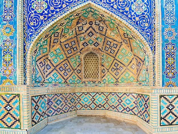Modello tradizionale uzbeko sulla piastrella di ceramica sul muro della moschea, Foto Premium