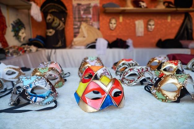 Maschere veneziane tradizionali per il carnevale nel negozio di strada di venezia Foto Premium