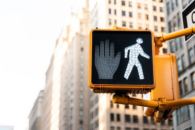 Semaforo in città con sfondo sfocato Foto Premium