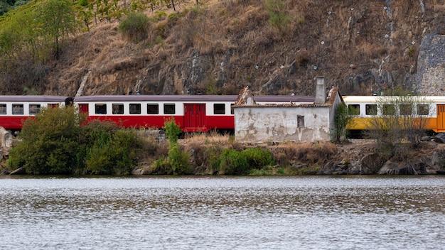 Treno in movimento lungo il fiume en portogallo Foto Premium