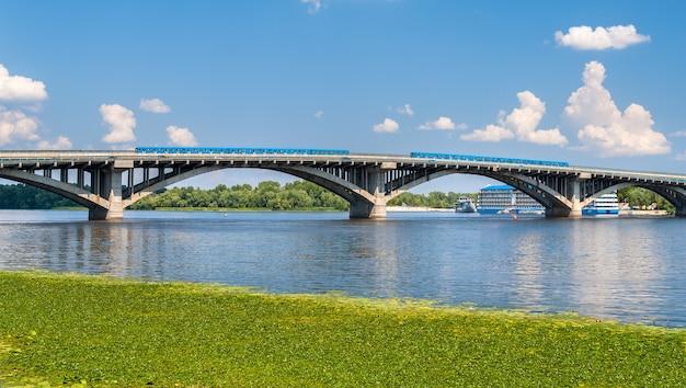 Treni sul ponte della metropolitana attraverso il dnieper a kiev Foto Premium