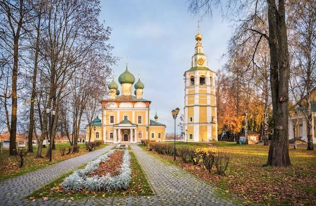 Cattedrale della trasfigurazione con un campanile del cremlino di uglich sotto i raggi del sole autunnale del mattino Foto Premium