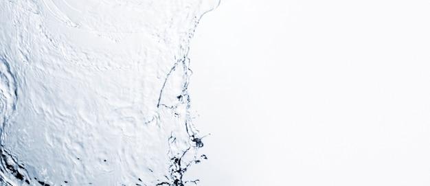 Forma liquida trasparente su sfondo bianco con spazio di copia Foto Premium