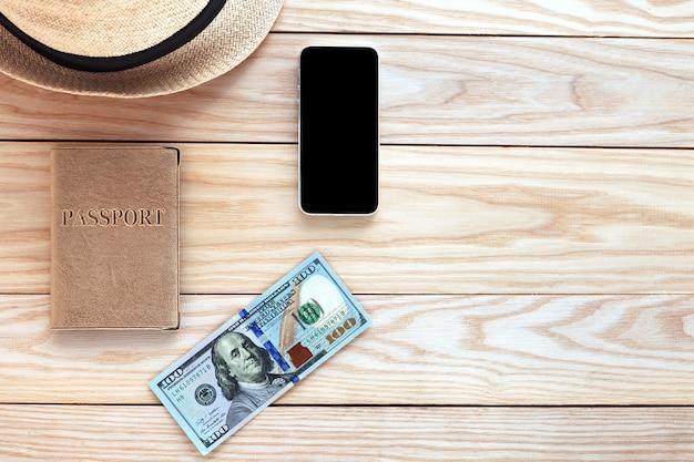 Roba da viaggio su un tavolo di legno Foto Premium