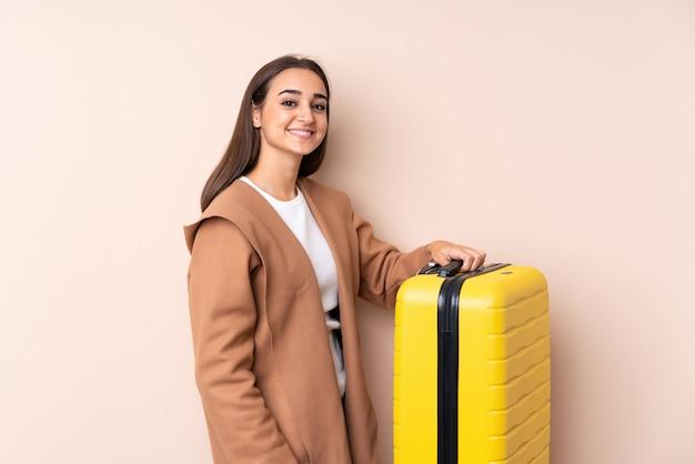 Donna del viaggiatore con la valigia che sorride molto Foto Premium