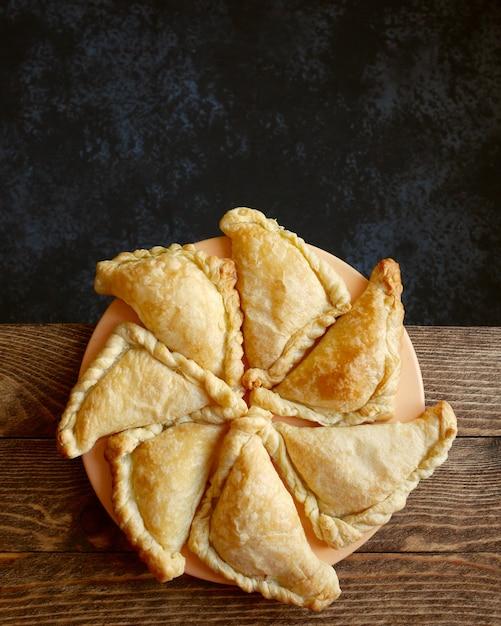 Torte triangolari su un piatto Foto Premium