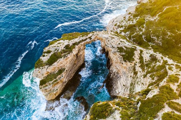 Arco di tripitos, arco naturale nel mare all'isola di paxos, vista aerea. grecia. Foto Premium