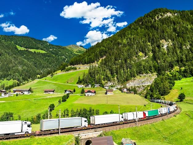 Camion che attraversano le alpi in treno al passo del brennero in austria Foto Premium