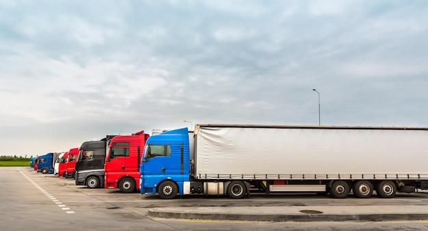 Camion in parcheggio, trasporto merci in europa Foto Premium