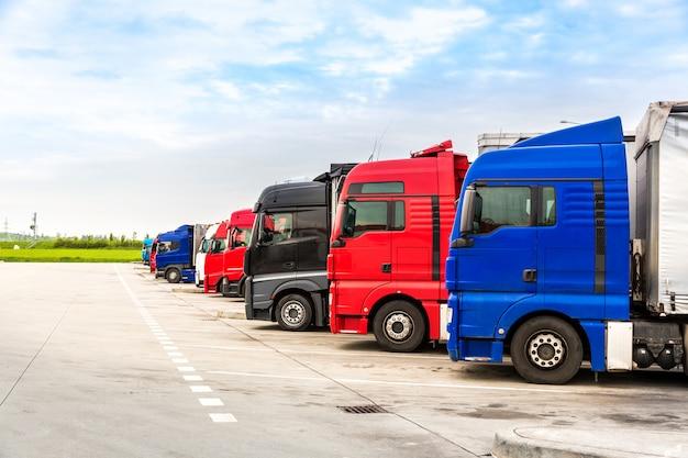 Camion parcheggiati, trasporto merci nelle città europee. veicoli per la consegna di merci in europa Foto Premium