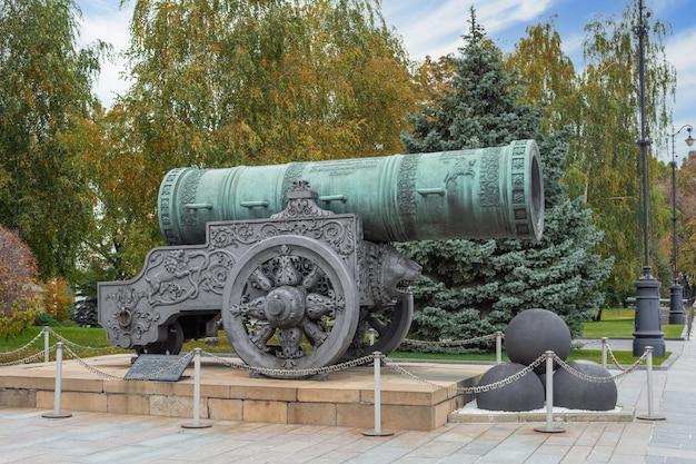 Tsar cannon cremlino di mosca russia un monumento di colata di artiglieria russa Foto Premium