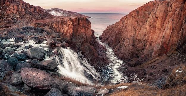 Paesaggio colorato della tundra alla penisola di kola in autunno Foto Premium