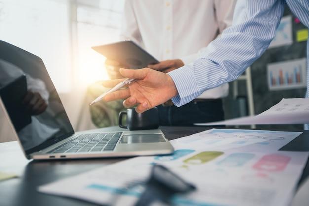 Due uomini d'affari che pianificano e analizzano gli affari finanziari Foto Premium