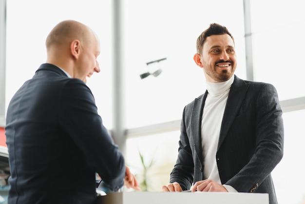 Due uomini d'affari firmano un accordo di cooperazione. concetto di business di successo Foto Premium
