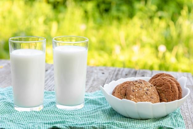 Due bicchieri di latte e un biscotto. Foto Premium