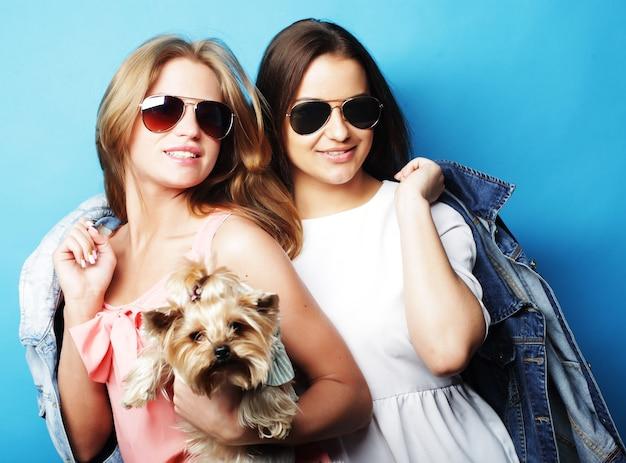 Due sorelle adolescenti felici con yorkshire terrier Foto Premium