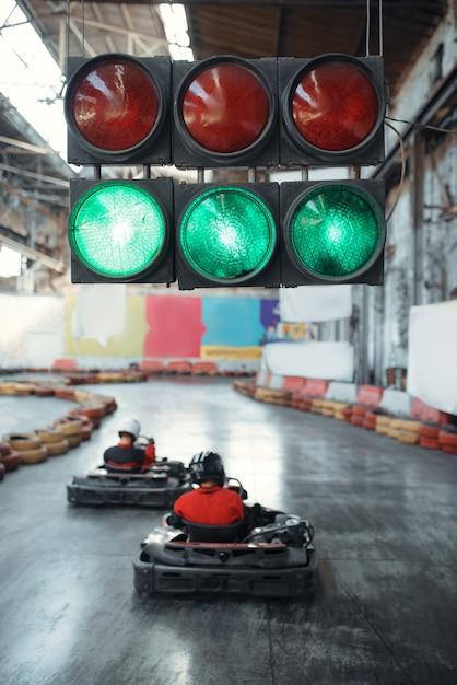 Due piloti di kart iniziano la gara, semaforo verde Foto Premium