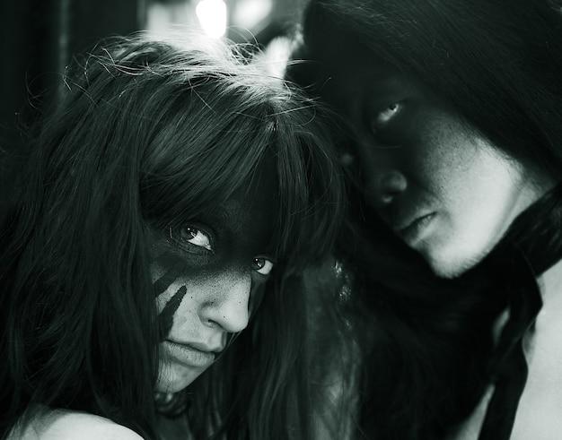Due persone con un'arte creativa del viso. Foto Premium