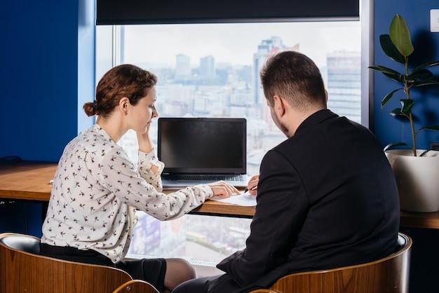 Due persone che lavorano in ufficio, firmano il contratto Foto Premium