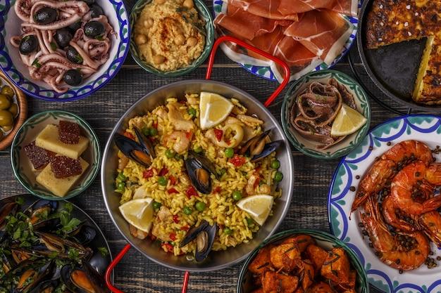 Tapas spagnole tipiche sulla tavola di legno Foto Premium