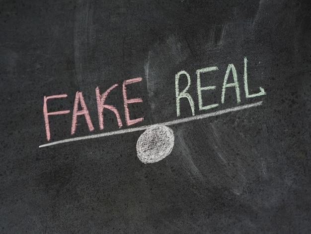 Notizie false e reali sbilanciate Foto Premium