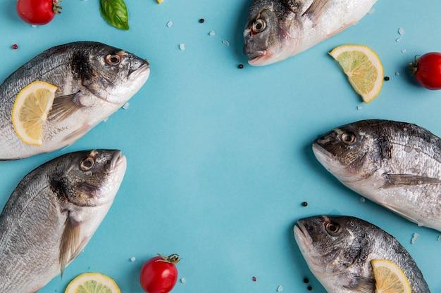 Pesce frutti di mare crudi copia spazio vista dall'alto Foto Premium