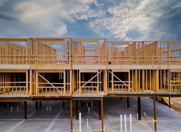 Incompiuto di vista interna di un muro di costruzione residenziale casa di inquadratura contro Foto Premium