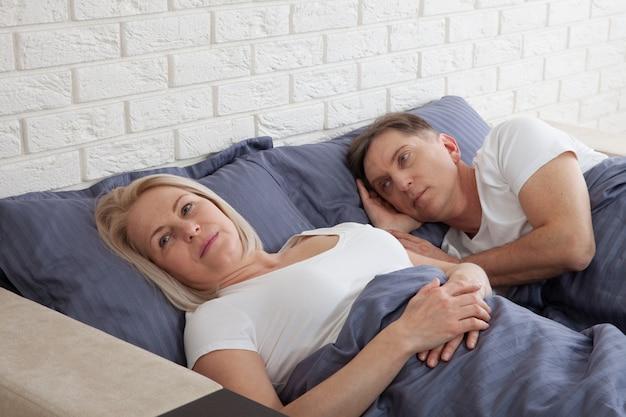 Coppie invecchiate mezzo infelice in camera da letto a casa. Foto Premium