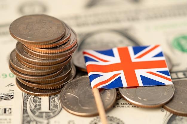 Bandiera del regno unito sul concetto di sfondo, affari e finanza di monete. Foto Premium
