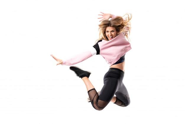 Ballerina urbana che balla sopra fondo bianco isolato e salto Foto Premium