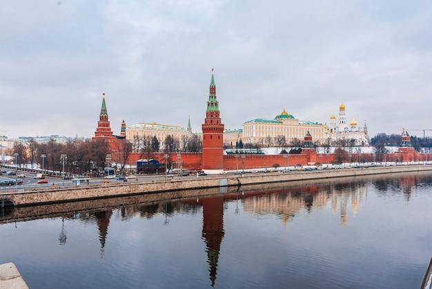 Paesaggio urbano con vista sul muro del cremlino e sul fiume mosca Foto Premium