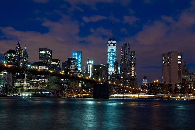 Stati uniti d'america. new york. i grattacieli di manhattan e il ponte di brooklyn. notte Foto Premium