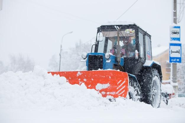 Le attrezzature di servizio puliscono la neve per le strade Foto Premium
