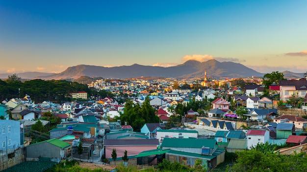 V da lat al tramonto la città dell'eterna primavera fiorisce l'amore e il caffè, bella destinazione turistica negli altopiani centrali del vietnam Foto Premium