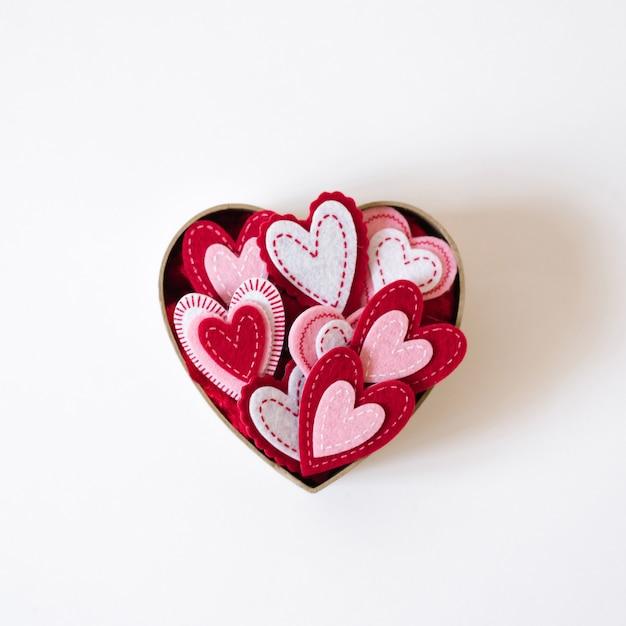 Carta di san valentino con copia spazio. casella con i cuori su una priorità bassa bianca Foto Premium