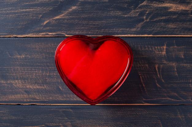 San valentino. decorazione con scatola regalo a forma di cuore rosso su fondo di legno rustico Foto Premium