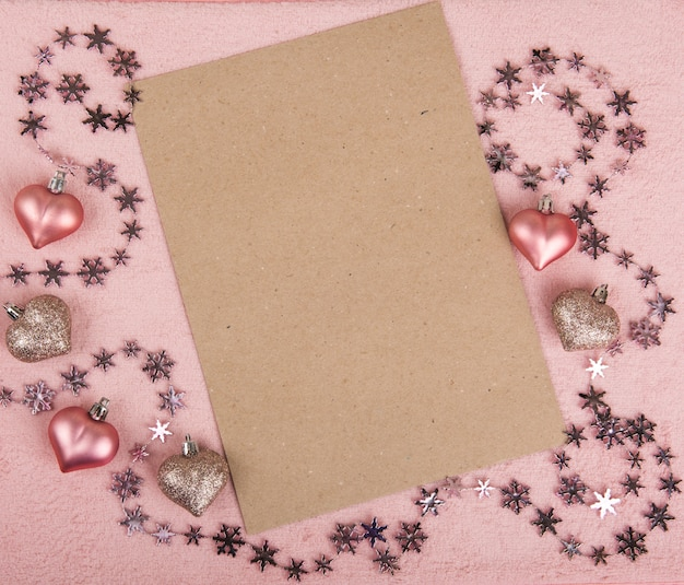 Composizione cornice di san valentino con cuori rosa, foglio di carta bianco su sfondo rosa pastello. vista dall'alto, piatto laico, copia dello spazio. Foto Premium