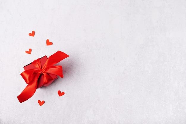 Confezione regalo di san valentino, cuori su sfondo grigio con spazio di copia Foto Premium