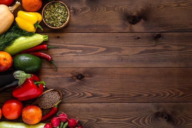 Una varietà di verdure disposti su fondo in legno. Foto Premium