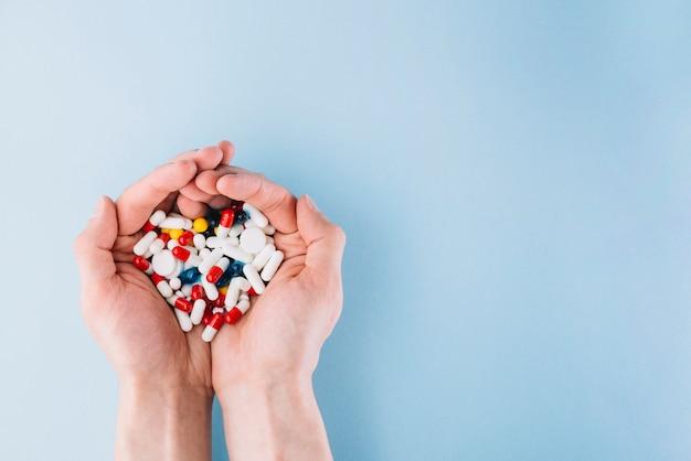 Varie pillole in mano Foto Premium