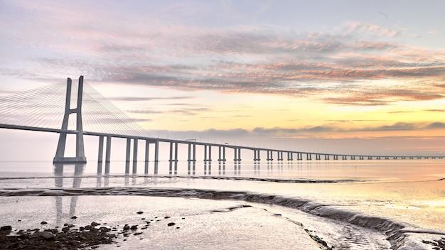 Ponte di vasco da gama bridge a lisbona portogallo Foto Premium