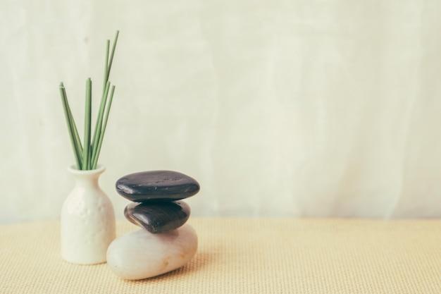 Vaso e mucchio di ciottoli Foto Premium