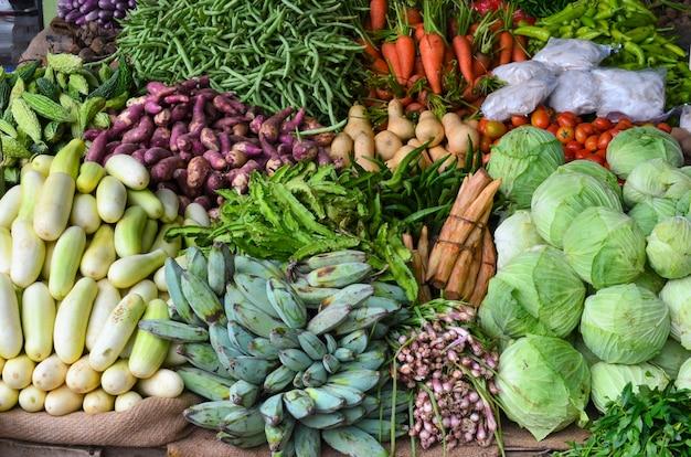 Bancarella di verdure. asia Foto Premium