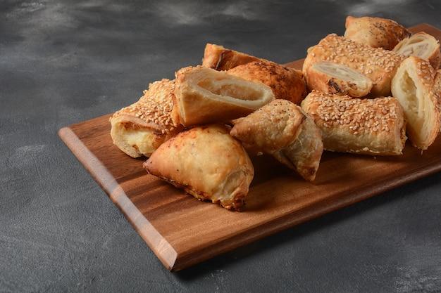 Dolci vegetariani di samosa ripieni di patate, funghi, tonno. cibo mediorientale-samsa Foto Premium
