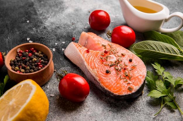 Vista dall'alto di verdure e salmone Foto Premium